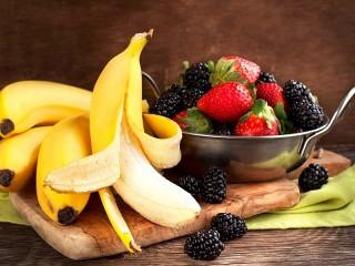Собирать пазл Bananas and berries онлайн
