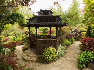 Собирать пазл Gazebo in the garden онлайн