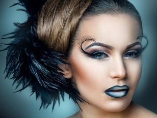 Собирать пазл Girl with feather онлайн
