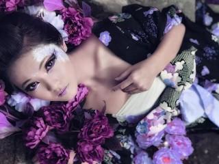 Собирать пазл Geisha in flowers онлайн