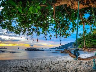 Собирать пазл Swing on the beach онлайн