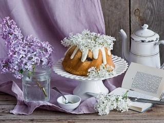 Собирать пазл Cupcake and lilac онлайн