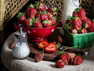 Собирать пазл Strawberry and sugar онлайн