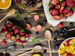 Собирать пазл Spoon, and berries онлайн