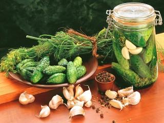 Собирать пазл Cucumbers with garlic онлайн