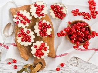 Собирать пазл Cakes with berries онлайн