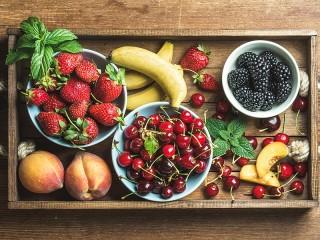 Собирать пазл Podnos s fruktami онлайн