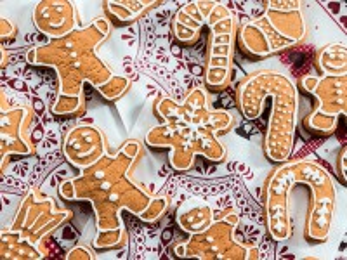 Собирать пазл Gingerbread on a napkin онлайн