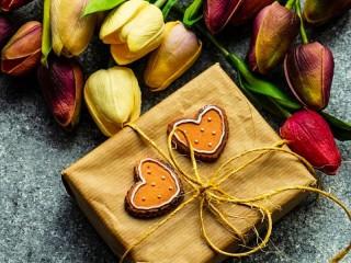Собирать пазл Flowers and gift онлайн