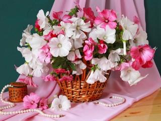 Собирать пазл Flowers and pearls онлайн