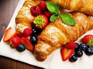 Собирать пазл Cakes and berries онлайн