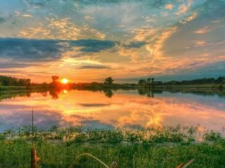 Собирать пазл Sunset on river онлайн